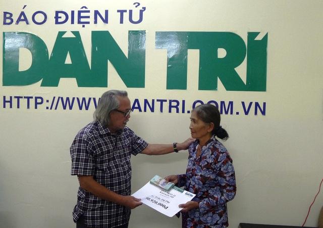 Đại diện bạn đọc Dân trí, Nhà báo Phan Huy – Trưởng VPĐD báo Dân trí khu vực ĐBSCL tại TP Cần Thơ trao số tiền 50.920.000đồng cho bà Trần Thị Phi.