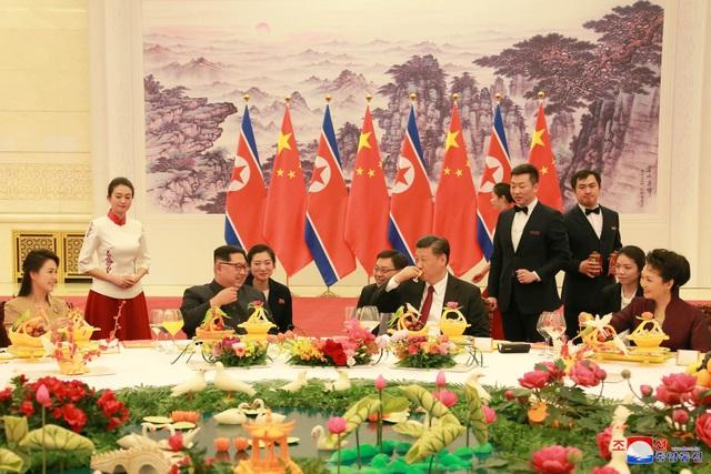 Nhà lãnh đạo Kim Jong-un và phu nhân dự bữa tiệc do Chủ tịch Tập Cận Bình chủ trì tại Đại lễ đường Nhân dân Trung Quốc (Ảnh: Reuters)