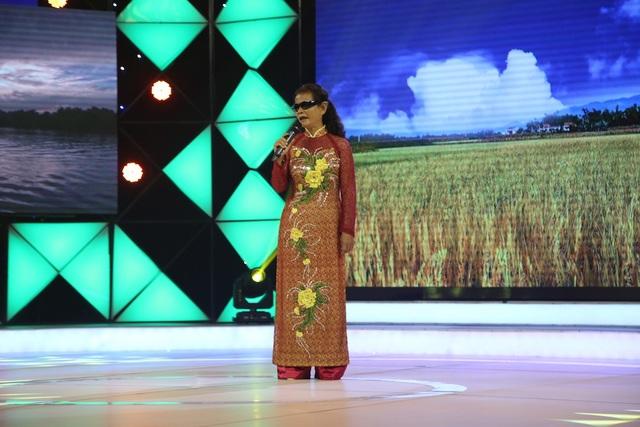 Bà Phạm Thị Hạnh Dung hát kiếm chút tiền giúp đỡ người bạn khiếm thị không chồng không con.