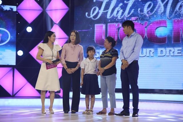 Thầy Trần Quang cùng mẹ con bé Thảo My được mời lên sân khấu Hát mãi ước mơ