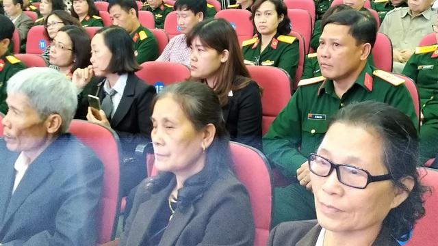 Chị Tạ Thị Kiều- người ngồi ở hàng hàng 2 thứ 2 từ phải sang, vợ của quân nhân thiếu tá Lê Hải Ninh cùng với người thân trong gia đình tại lễ tôn vinh.