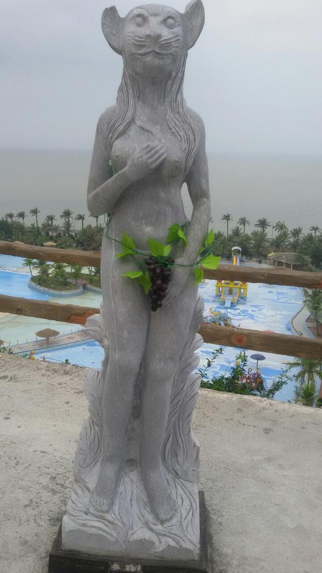"""Bản thân cha đẻ của các bức tượng, nhà điêu khắc Trần Minh Tuấn cho biết việc mặc quần áo cho tượng là """"chà đạp"""" lên nghệ thuật và không thể chấp nhận được."""