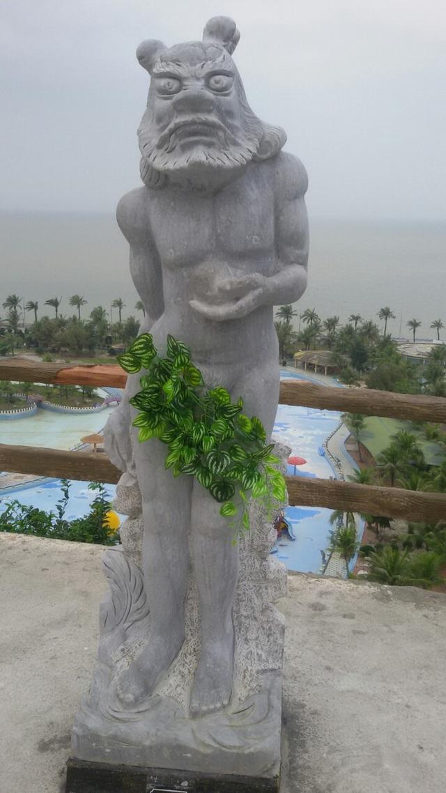 Đơn vị du lịch này cho biết, không hề muốn mặc quần áo cho các bức tượng mà đấy là ý kiến chỉ đạo của cơ quan chức năng