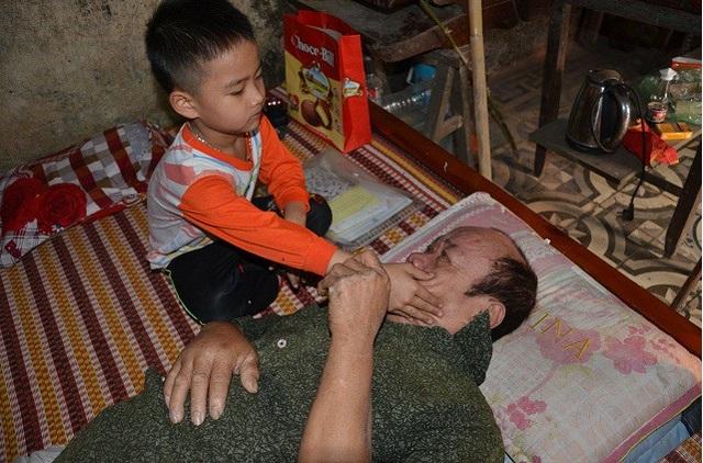 Bố chết, ông nội liệt giường, bé 5 tuổi sống trong đói khát - 9