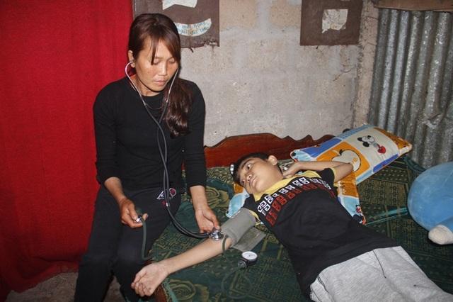 Chị Hảo phải theo dõi huyết áp thường xuyên cho con để đưa con đi điều trị kịp thời