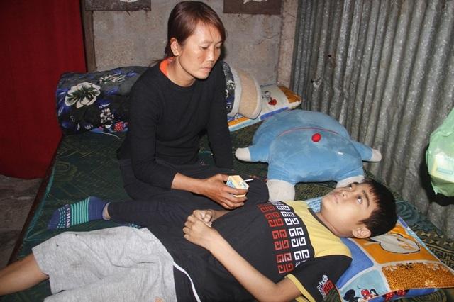 Những lúc trở bệnh, cháu Việt chỉ nằm một chỗ trên giường