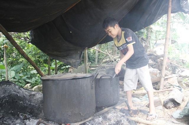Khi khỏe cháu Việt giúp mẹ nhóm bếp luộc bắp