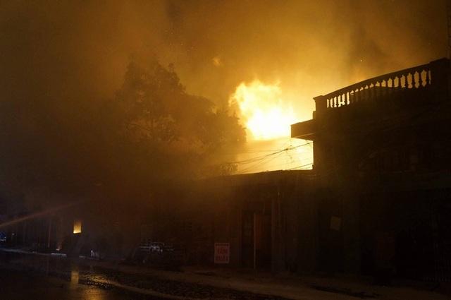 Cháy lớn tại bãi gỗ trên đường Lê Thánh Tông, Hải Phòng - 2