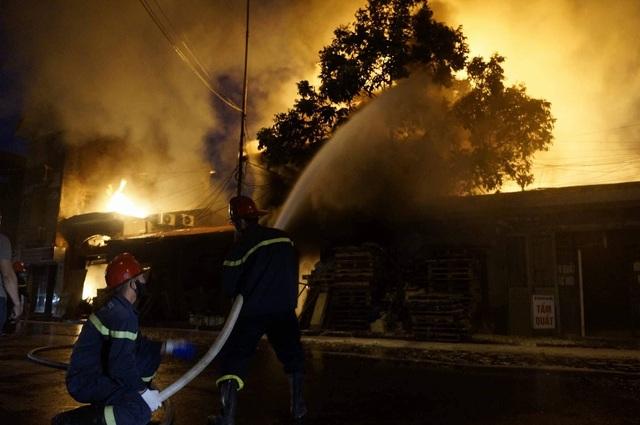 Ngay sau khi nhận được tin báo, Sở PCCC thành phố đã điều 6 xe cùng các chiến sĩ PCCC đến hiện trường dập lửa (Ảnh: Hải Sâm)