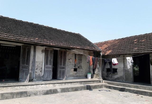 Căn nhà đã cũ kỹ, xuống cấp trầm trọng của gia đình ông Bùi Vì, nếu một cơn mưa to gió lớn cũng có thể gây sập nhà là điều có thể xảy ra.