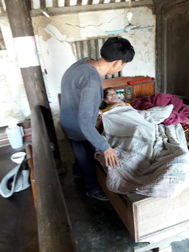 Suốt nhiều năm qua, anh Lưu cùng một lúc chăm sóc bố mẹ bất toại.