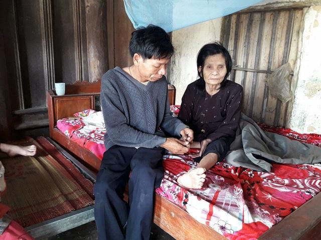 Bệnh tật nhưng hàng ngày anh Lưu luôn túc trực ở bên bố mẹ.