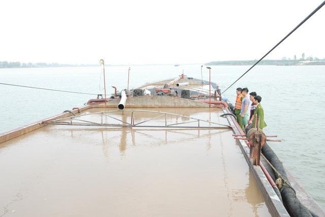 Tàu hàng mang số hiệu VP 0857 ở Thái Bình sang Hà Nam hút trộm cát trên sông Hồng (ảnh: Công an Hà Nam)
