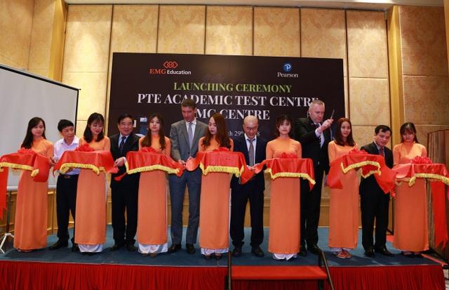 Đại diện lãnh đạo Bộ GD&ĐT, Đại sứ Anh và tổ chức giáo dục Pearson cắt băng khánh thành Trung tâm Đào tạo và Kiểm tra đánh giá theo chuẩn Pearson Test of English Academic (PTE Academic) tại Hà Nội.