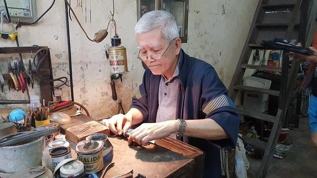Nghệ nhân kim hoàn Nguyễn Chí Thành đang chế tác chiếc nhẫn bạc cho khách bằng các dụng cụ thủ công.