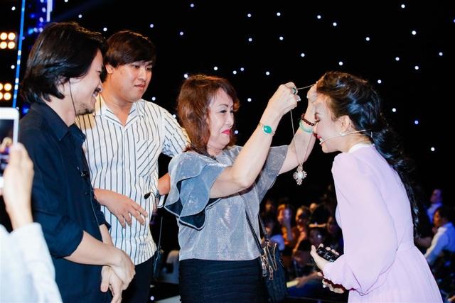 Trong số những người có mặt trong trường quay còn có mẹ của Đạo diễn Hoàng Nhật Nam mới từ Mỹ trở về chia sẻ rất quý mến Cẩm Ly nên đã chuẩn bị sẵn món quà tặng nữ ca sĩ là chiếc dây chuyền có mặt đính đá quý.