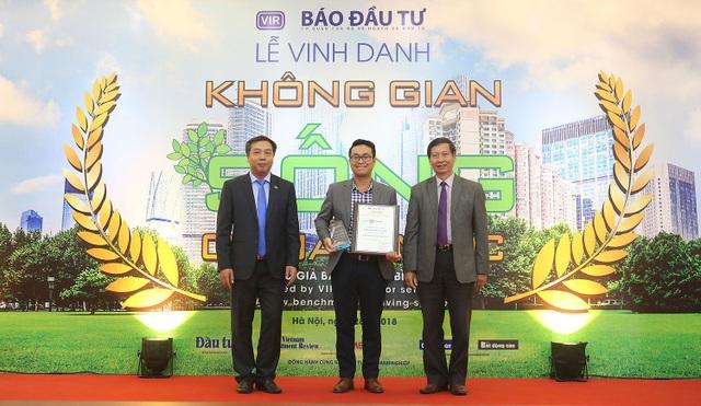 Ông Mai Phước An Tâm – Đại diện Truyền thông Công ty Cổ phần Phát triển BĐS Phát Đạt nhận kỷ niệm chương cho dự án The EverRich Infinity