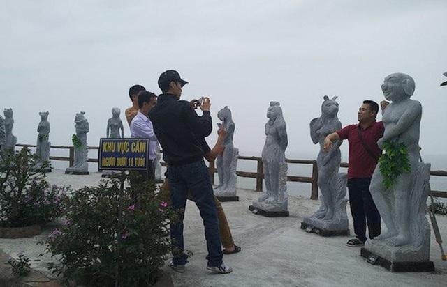 Nhiều du khách tìm tới chụp ảnh, bàn tán bên các bức tượng 12 con giáp