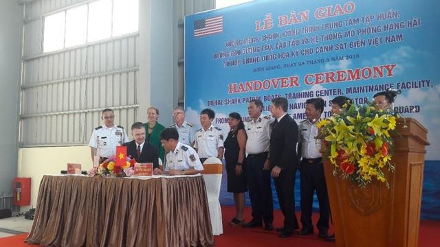 Đại sứ Hoa Kỳ Daniel Kritenbrink và Trung tướng Nguyễn Quang Đạm tại buổi lễ bàn giao (Ảnh: Đại sứ quán Mỹ tại Việt Nam)