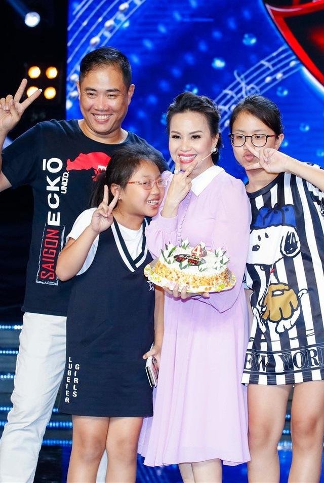 Buổi tiệc còn có hai cô con gái đáng yêu của ca sĩ Cẩm Ly, bé La và bé Thỏ cùng ông xã - nhạc sĩ Minh Vy.