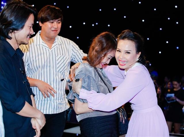 Cẩm Ly không giấu được niềm hạnh phúc và ôm chầm cảm ơn người hâm mộ đặc biệt.