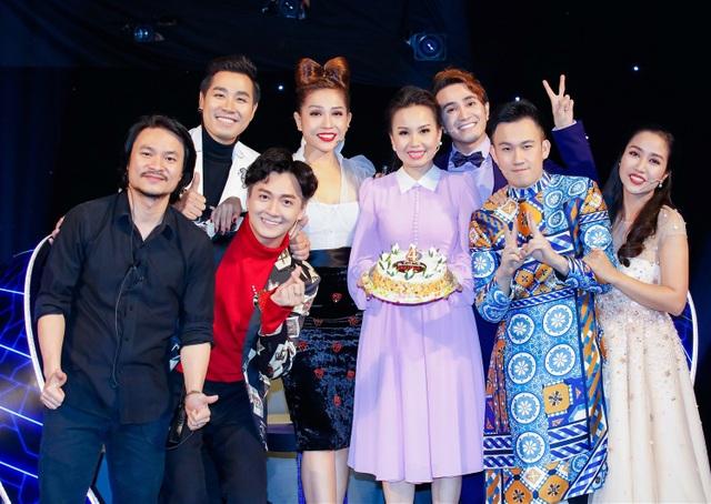 Trong ngày ghi hình vòng tiếp theo của gameshow Tuyệt đỉnh song ca nhí mùa 2, Cẩm Ly hạnh phúc khi đón tuổi mới sớm bên bạn bè đồng nghiệp cùng khán giả hâm mộ.