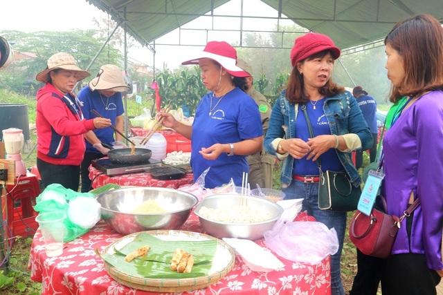 Quầy ram bắp thu hút đông đảo người đến thưởng thức, các loại thức ăn giá hữu nghị, hợp lý