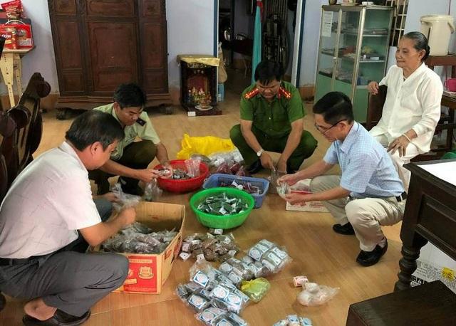 Đoàn kiểm tra liên ngành quận Ô Môn vừa kiểm tra nhà bà Xuyến và tịch thu 114.320 viên thuốc đông dược thành phẩm không rõ nguồn gốc.