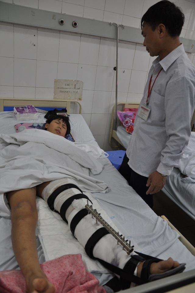 Tai nạn bị ô tô đâm tối mùng 3 Tết khiến chị Thủy tử vong tại chỗ, con trai là bé Thanh phải chuyển cấp cứu.