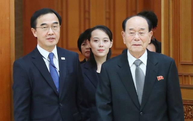 Bộ trưởng Thống nhất Hàn Quốc Cho Myoung-gyon (trái) đón bà Kim Yo-jong, em gái ông Kim Jong-un, và Chủ tịch Quốc hội Triều Tiên Kim Yong-nam tại Văn phòng Tổng thống Hàn Quốc ở Seoul. (Ảnh: AFP)
