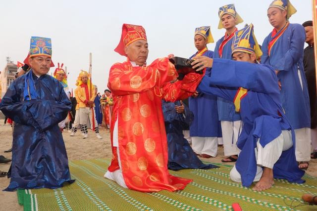 Các vị cao niên thực hiện các nghi thức chính lễ