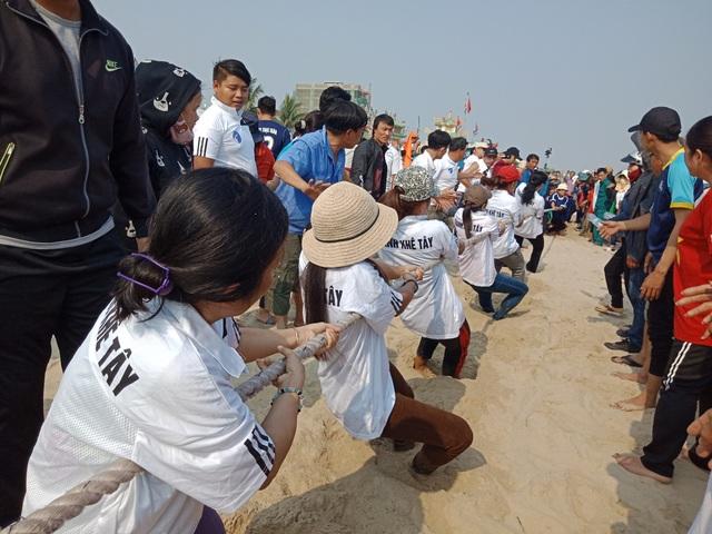 Phần hội đậm chất biển với các trò chơi tập thể như kéo co trên cát thu hút nhiều du khách dõi xem, cổ vũ