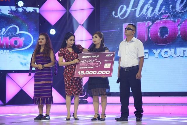 Dừng chân ở vòng thi thứ 2, chị Sáu nhận được điểm tổng hai vòng là 150, tương đương giải thưởng 15 triệu đồng. Kèm số tiền 10 triệu đồng Trấn Thành gửi tặng, tổng cộng anh Lê Văn Thành có thể nhận được 25 triệu từ chương trình.