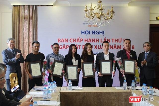 TS. Đặng Vũ Minh (ngoài cùng bên trái) và TS. Nguyễn Minh Hồng (ngoài cùng bên phải) trao chứng nhận Hội viên tổ chức cho các đại diện các Hội viên mới.