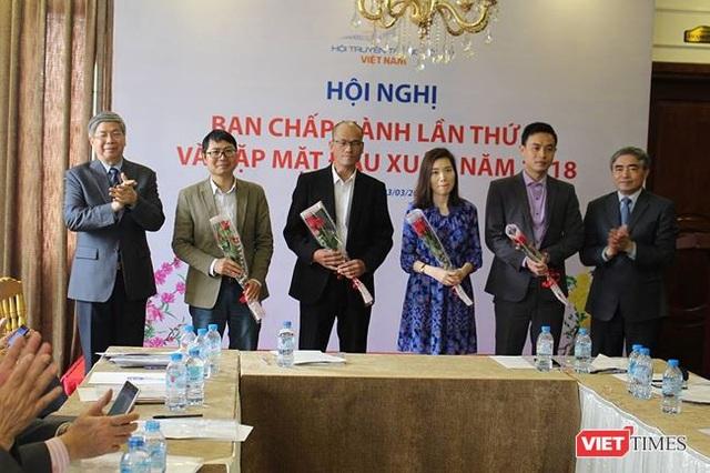 TS. Đặng Vũ Minh và TS. Nguyễn Minh Hồng tặng hoa các Hội viên cá nhân mới gia nhập VDCA .