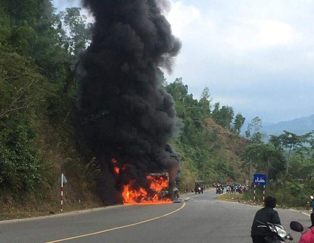 Hiện trường vụ xe khách bốc cháy dưới chân đèo Khánh Vĩnh, Khánh Hòa, chiều 3/3