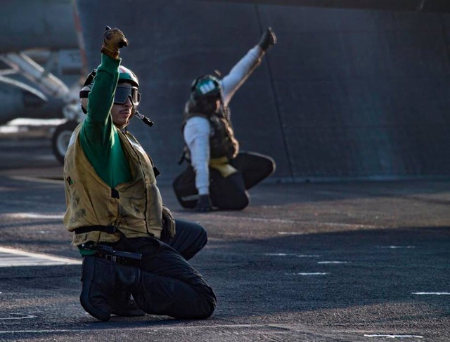 Các thủy thủ điều hướng máy bay trong nhiệm vụ thực hiện trên Biển Đông.