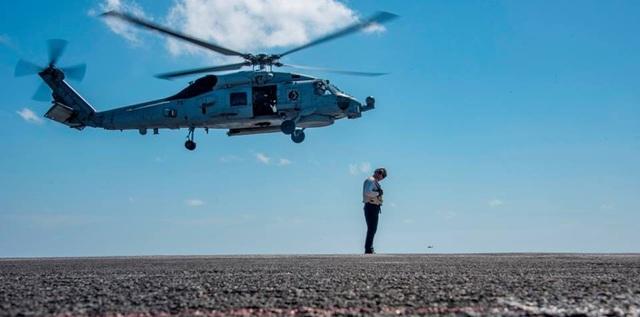 Trực thăng MH-60R Sea Hawk chuẩn bị hạ cánh trên tàu sân bay.