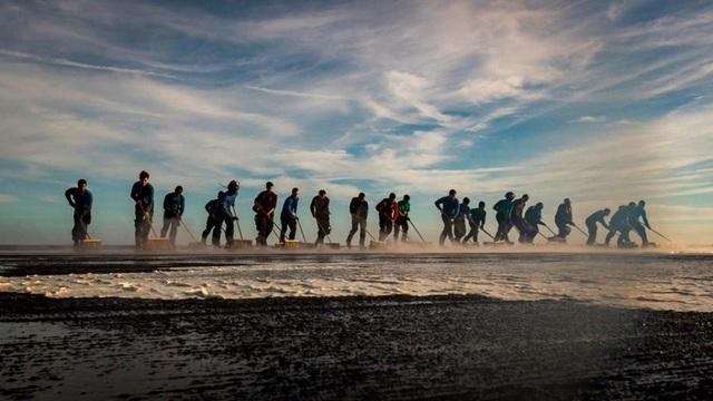 Các thủy thủ rửa mặt sàn tàu trên Biển Đông.