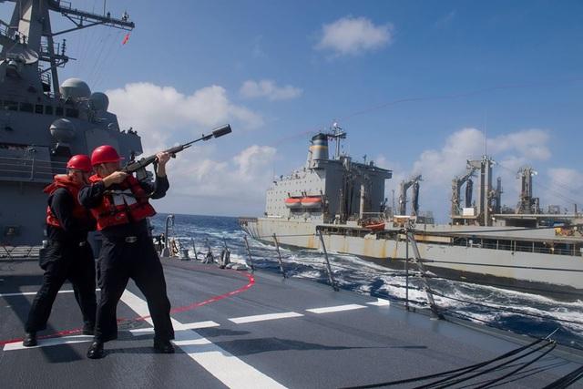 Các thủy thủ làm nhiệm vụ trên boong tàu.