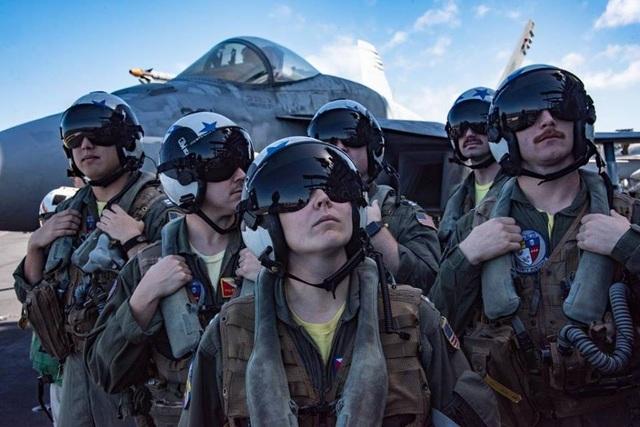 Nhóm phi công chiến đấu Bounty Hunters (kẻ săn phần thưởng) lắng nghe chỉ huy trên boong tàu.