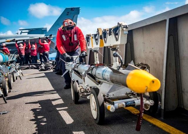Thủy thủ mang các vũ khí tới lắp đặt lên các máy bay chiến đấu.