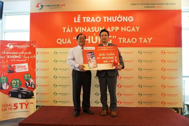 Ông Tạ Long Hỷ - Giám đốc Taxi Vinasun trao thưởng chiếc iPhone X cho khách hàng may mắn