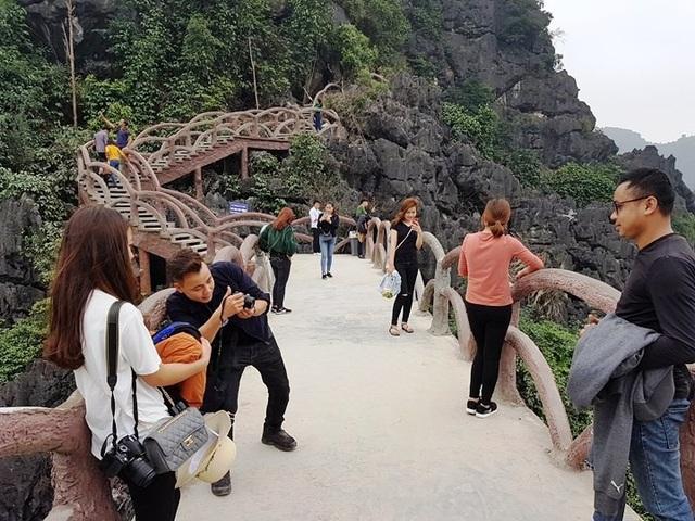 Nhiều du khách bấp chấp nguy hiểm leo lên đỉnh núi Huyền Vũ chụp ảnh tự sướng.