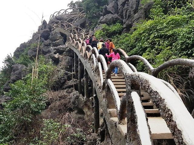 Công trình đường lên xuống núi Cái Hạ của Công ty CP Du lịch Tràng An xây dựng không phép, xâm hại nghiêm trọng vùng lõi di sản Tràng An.