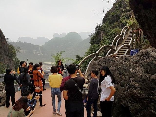 Trước khi dừng hoạt động, đường lên đỉnh núi Huyền Vũ - công trình khủng trái phép ở Tràng An thu hút hàng chục nghìn người đổ về tham quan.