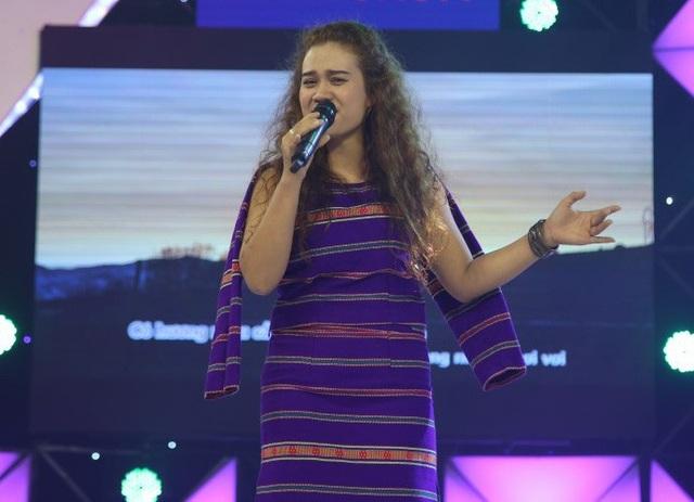 Ngoài ra, chương trình còn gây xúc động với cô gái người dân tộc Bana hát vì hai đứa con nuôi bị ruồng bỏ.