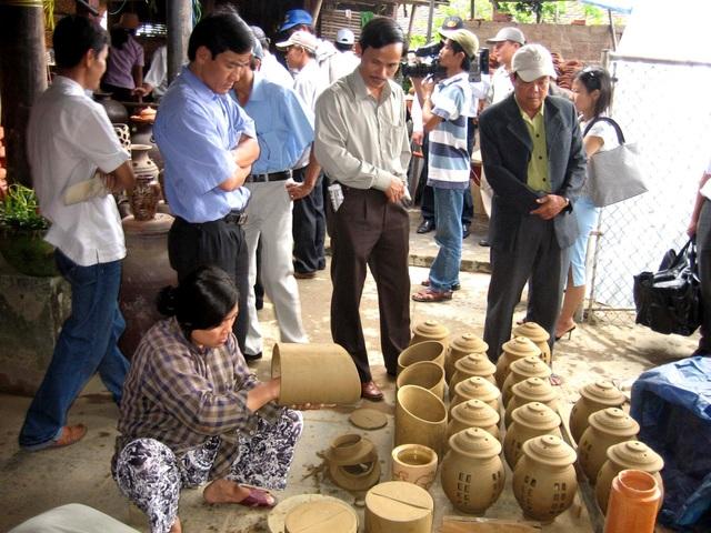 Du khách tham quan làng gốm Thanh Hà
