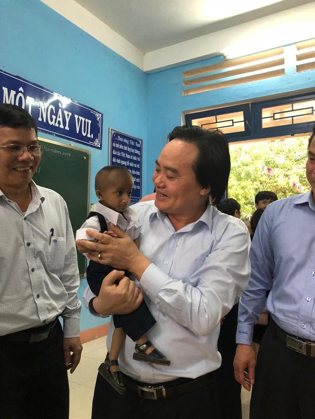Bộ trưởng Phùng Xuân Nhạ vui mừng vì lần thứ 2 được bế cậu học trò bé bỏng trên tay