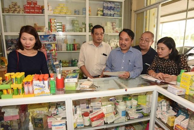 Ông Dương Đinh Chinh - quyền Giám đốc Sở Y tế cùng đoàn, kiểm tra Quầy bán thuốc tây Số 25 của Chi nhánh Dược phẩm Hưng Nguyên ở xã Hưng Tây.